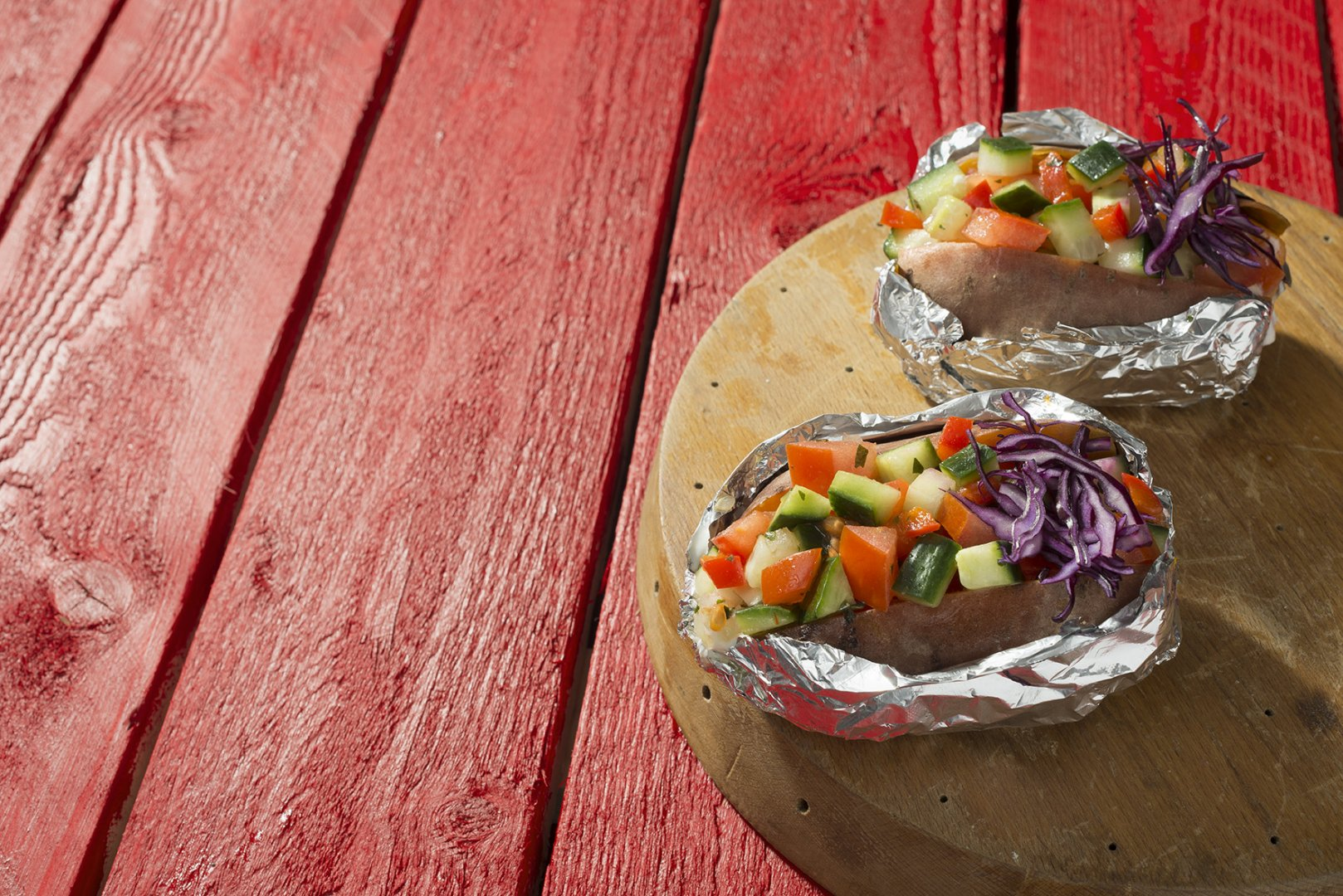 Gepofte zoete aardappel met Tomaat-Komkommer rauwkost