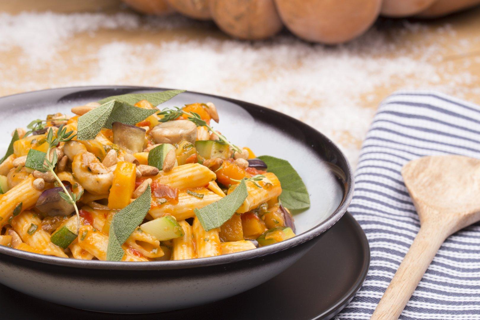 Lauwwarme Mediterraanse salade, geïnspireerd op ratatouille